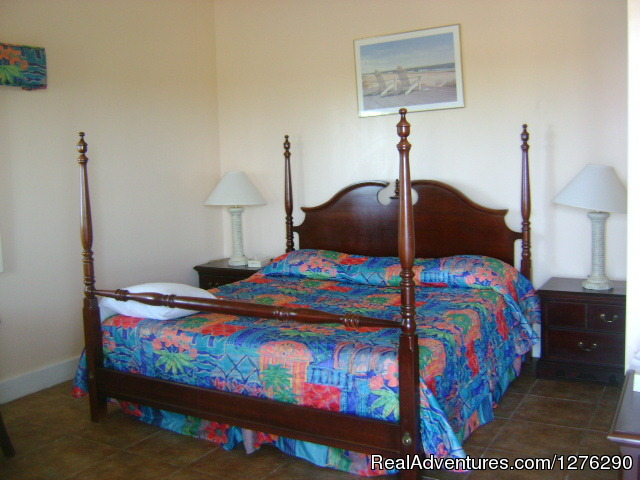 The king size bed room. - Greenwich Creek Lodge