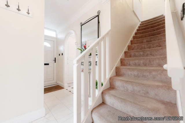 Stairs - 3 Bed 2.5 Bath Apart..30 Mins To City Of London