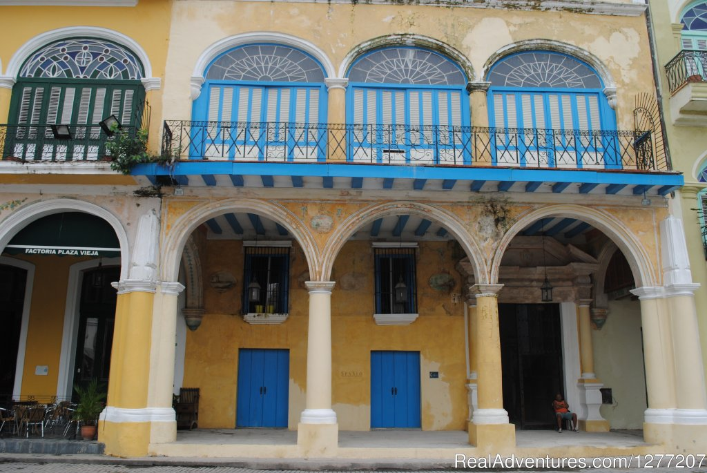 Independent apartment for rent located at the heart of La Habana in the Plaza Vieja Conde de Lombillo Palace. 