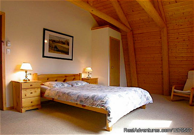Queen-size bedroom - Blue Sky Resort log-cottages , lake view