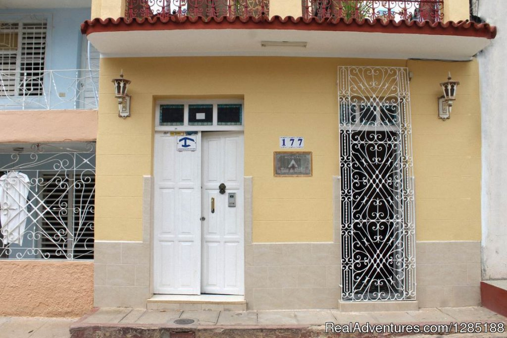 The hostel Tito and Vicky is a modern house, located in Trinidad, Sancti Spiritus, in a central area of the city, very near the main tourist attractions and of the places more emblemáticos that can interest a traveler that visits this village.