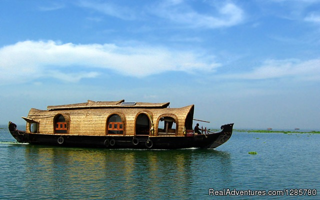 Kumarakom boat house packages