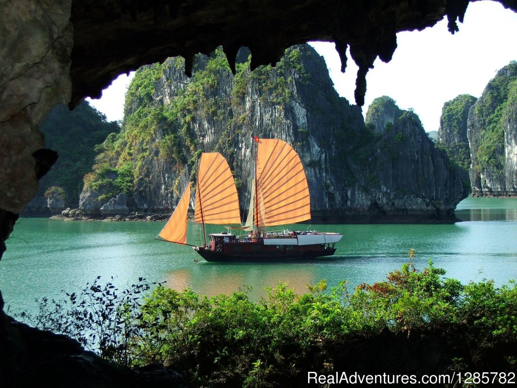 Halong bay luxury cruise explore bay and karst