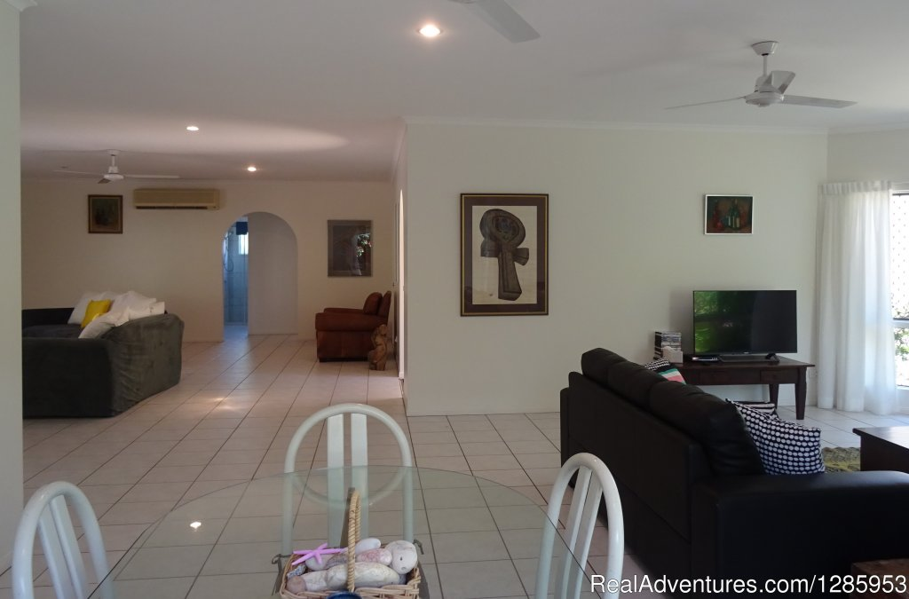 3 Bdrm 2 bthrm hol. house close to Palm Cove Beach. Pvte pool, l/up garage, great Kitchen, lge open plan living area. New TV/DVD player. Free Wi Fi. Kiddies play park across road. Loads of Restaurants, Golf, Tennis, A/C in living area and main Bdrm.