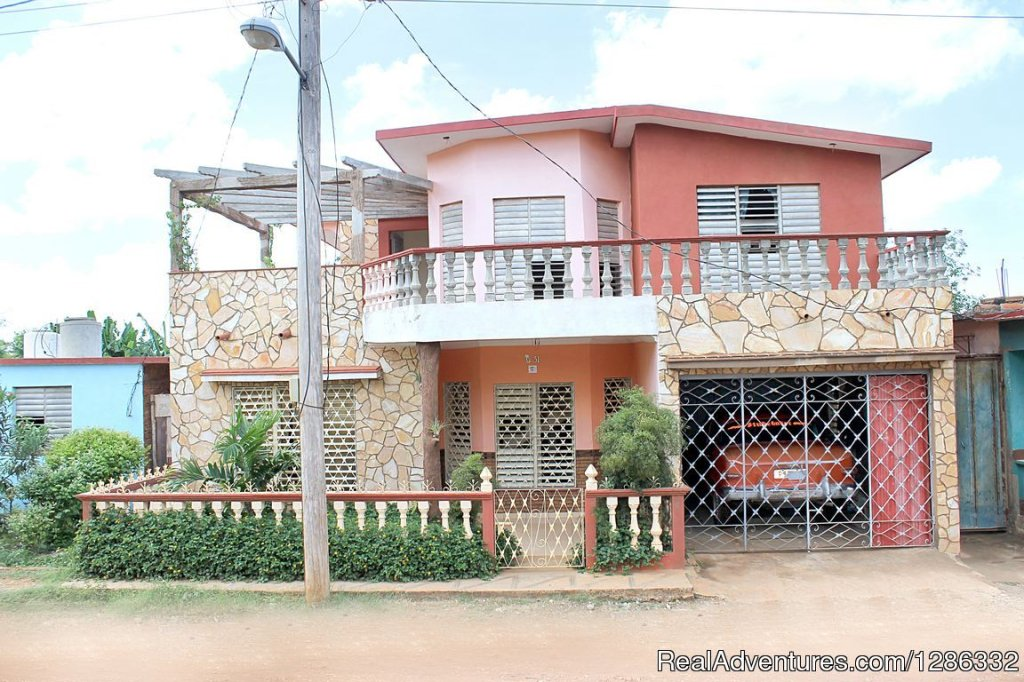 Staying in this house is an ideal option for people wishing to rest from the hustle and bustle typical of a tourist city like Trinidad. Rent 2 well-heated rooms with Split, fan and windows. Each room has an interior bathroom, each provided with towel