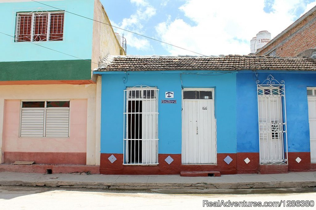 The hostel Flamingo is leased as a complete property, independent, as it does not live family in it. It is a colonial house located in the city of Trinidad, very near the Station of the colonial train that offers trips to tourists to the Valley ...