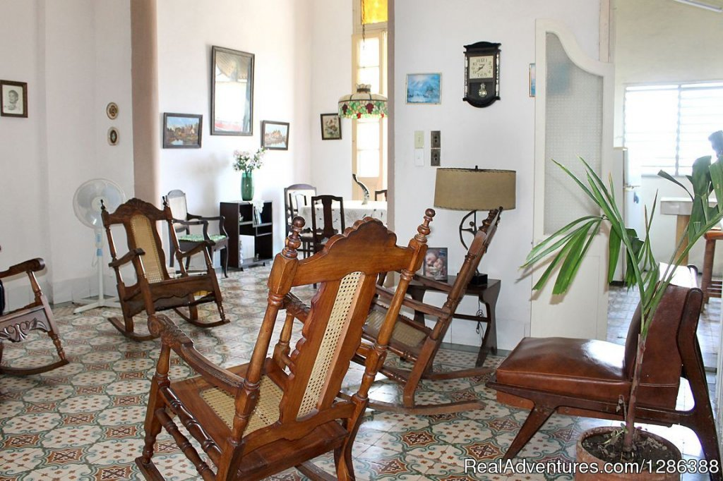 The Elena Hostel is an eclectic family house, located just 60 meters from the Paseo del Prado and the Boulevard of the city of Cienfuegos. It has for rent to foreign tourists 2 spacious and air-conditioned rooms in the second level of the house with