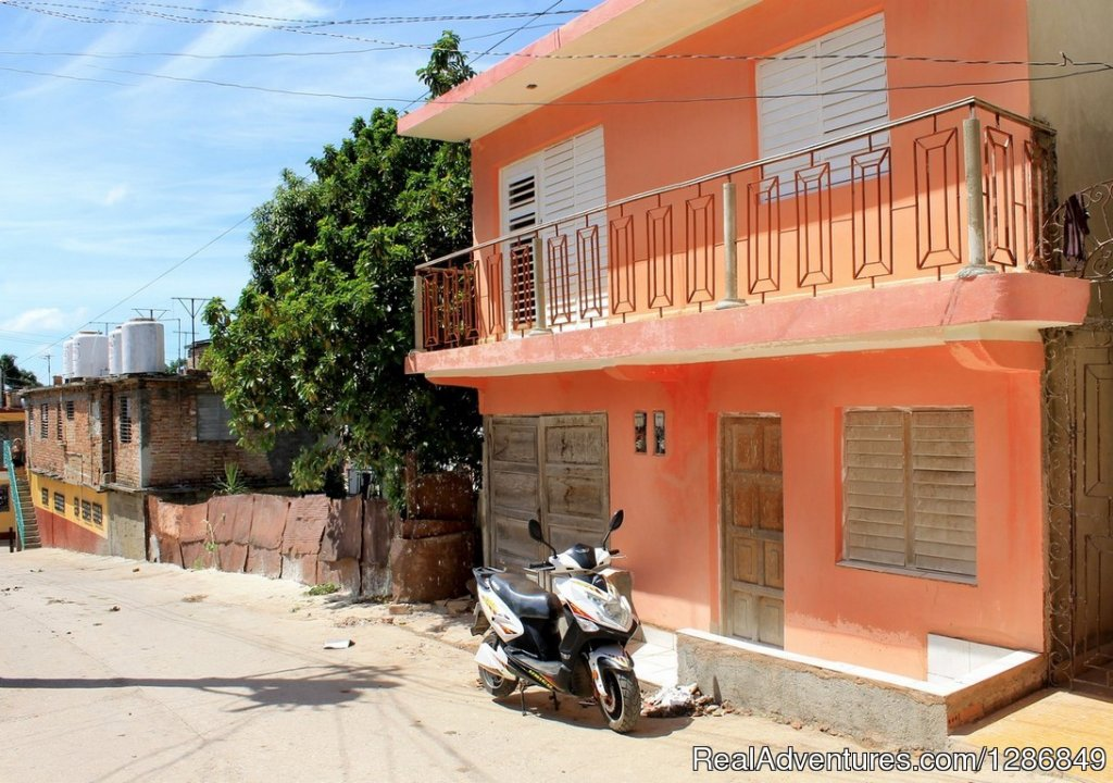 It is an independent house, which rents all the second level of the house, for the exclusive use of the guests. It has a room with balcony overlooking the street, a room with bathroom and a dining room. The room can accommodate 3 people